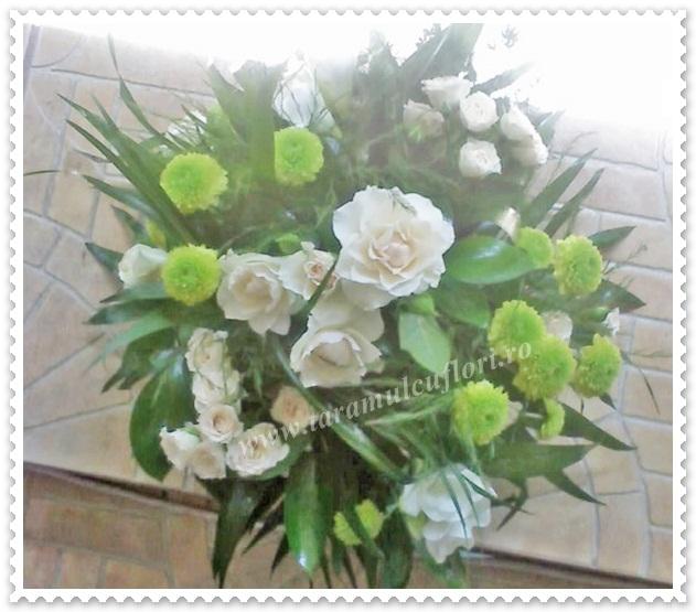 Aranjamente florale mese din miniroze-santinii si frezii
